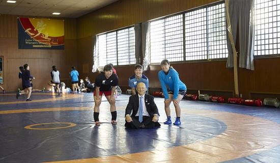 栄監督と、川井梨紗子選手、土性沙羅選手、登坂絵莉選手の集合写真